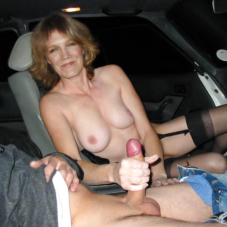 Volwassen vrouw houdt een lul in haar handen