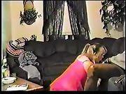 Vrouw op haar knieën maakt orale seks met een zwarte man