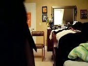 Meisje spelen naakt in de slaapkamer
