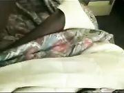 Een volwassen vrouw seks in bed met een zwarte man