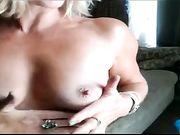Moeder masturberen in de voorkant van de camera