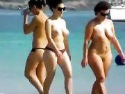 Twee vrouwen topless en naakt op het strand