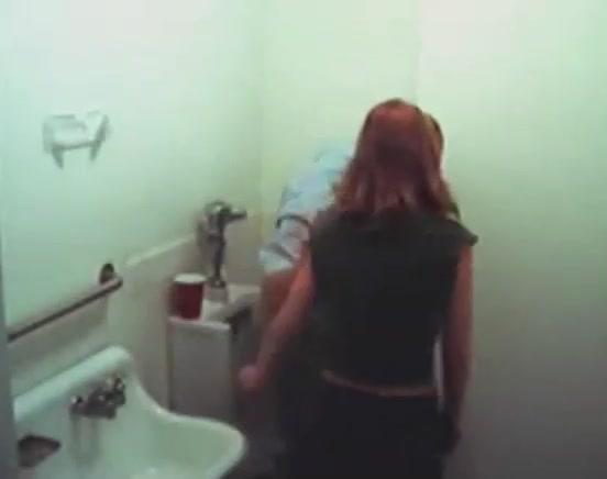 Orale seks in de badkamer