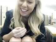 Masturbatie in de openbare bibliotheek met een mooie blonde