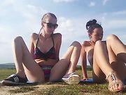 Twee meisjes masturberen in de buurt van een strand
