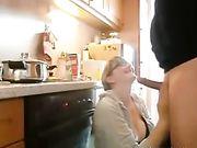 Pijpen en seks in de keuken met een volwassen vrouw