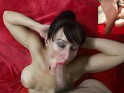 Goede vrouw met grote tieten maakt orale seks