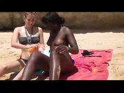 Trio sex op het strand met vriendin en een zwart meisje