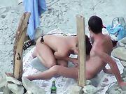 Paar wordt geheim bij het strand gefilmd terwijl vrouw een pijpbeurt maakt
