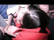 Leuk meisje zuigt lullen en krijgt ejaculaties op haar gezicht