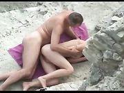 Sex op het strand met zijn vrouw