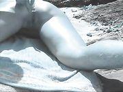 Nudist vrouw is fingered in de ezel op het strand