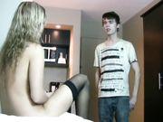 Een jonge man maakt voor de eerste keer seks met een volwkonten duitse vrouw