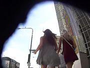 Candid camera in het openbaar is het filmen van twee sexy meisjes van achteren