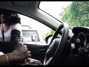 Een blank meisje kijkt naar een man die masturbeert in de auto