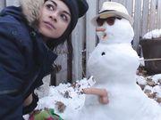 Sexy meisje maakt seks met de sneeuwpop buiten