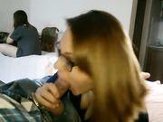 Een vriendin doet een pijpbeurt terwijl haar kamergenoot in dezelfde kamer is