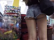 Candid camera filmt een sexy meisje in strakke jeans