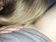 Een mooie blondine houdt van pijpen en anale seks