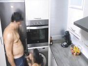 Een volwkonten vrouw wordt betrapt op het doen van seks met een geliefde